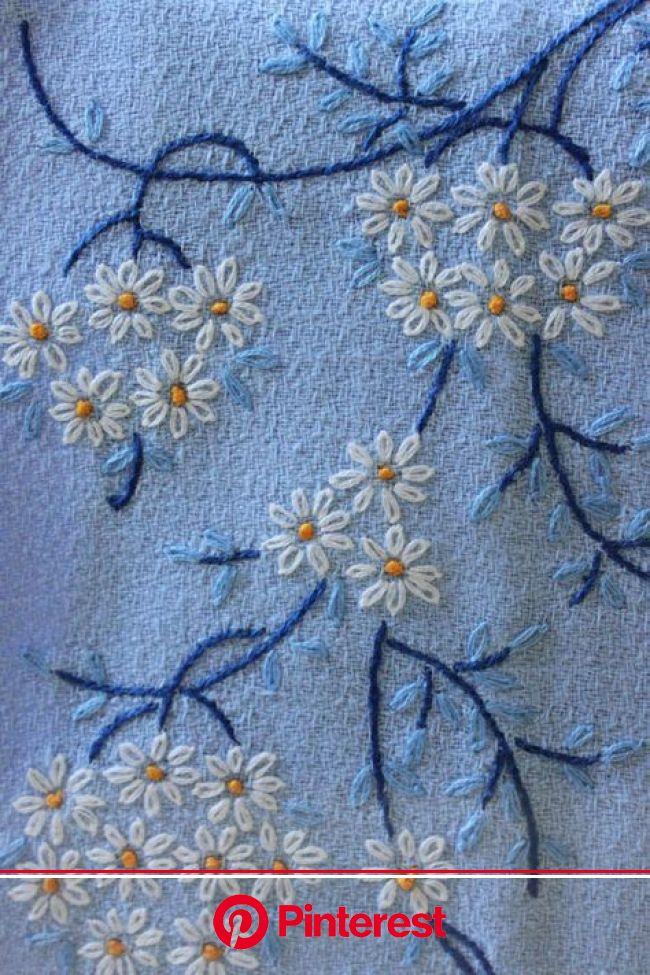 Marcadores de mesa em linho, com desenhos, cores, e bordados típicos dos lenços de namorad… | Sewing embroidery designs, Hand embroidered flowers, Sim